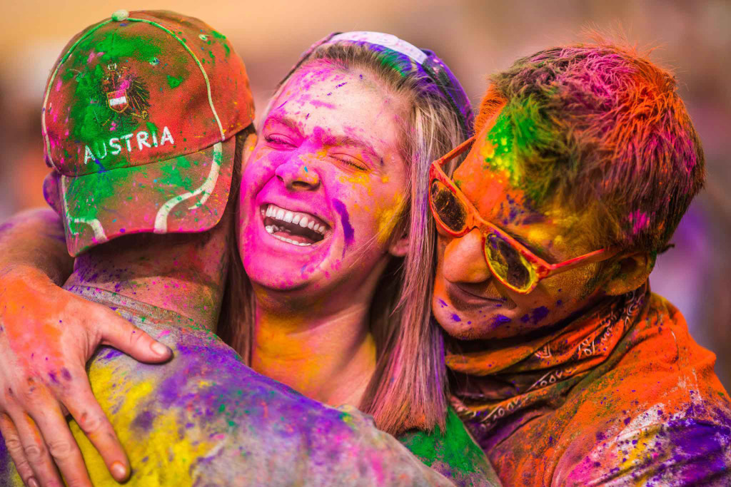 colorful-hugs-during-holi-festival