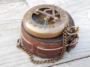 Push button vintage sundial compass