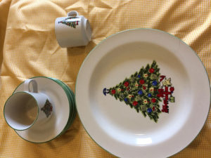 Pretty Christmas tree print dinner set